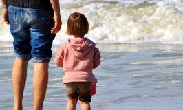 ילדה ואביה בחוף הים